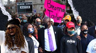 Les manifestations se poursuivent à Louisville (Kentucky), sept mois après la mort de Breonna Taylor. (JESSICA KOMGUEN / FRANCEINFO)