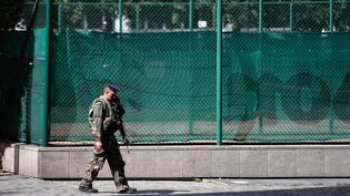 Un militaire patrouille à Levallois-Perret, le 9 août 2017 après l'attaque contre des soldats. (JULIEN MATTIA / NURPHOTO / AFP)