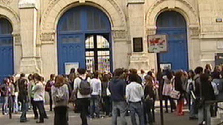 Cour d'un lycée (France 2)