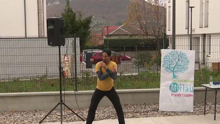 """Reconfinement : à Millau, l'opération """"Sport aux balcons"""" reprend (France 3)"""