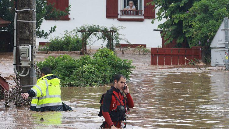 Les secours interviennent après les inondations à Cambo-les-Bains (Pyrénées-Atlantiques), le 4 juillet 2014. (DANIEL VELEZ / AFP)