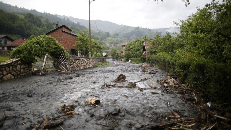 Une zone résidentielle sous les eaux, à Topcic Polje, en Bosnie, le 16 mai 2014. (DADO RUVIC / REUTERS)