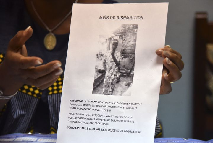 Une responsable du lycée Simone Gbagbo d'Abidjan présente l'avis de recherche publié lors de la disparition de Laurent Barthelemy. (SIA KAMBOU / AFP)