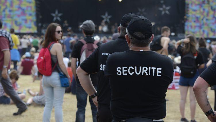 Le service de sécurité au festival des Vieilles Charrues, le 15 juillet 2016 à Carhaix (Bretagne). (ANTHONY ROUANET / LE TELEGRAMME / MAXPPP)
