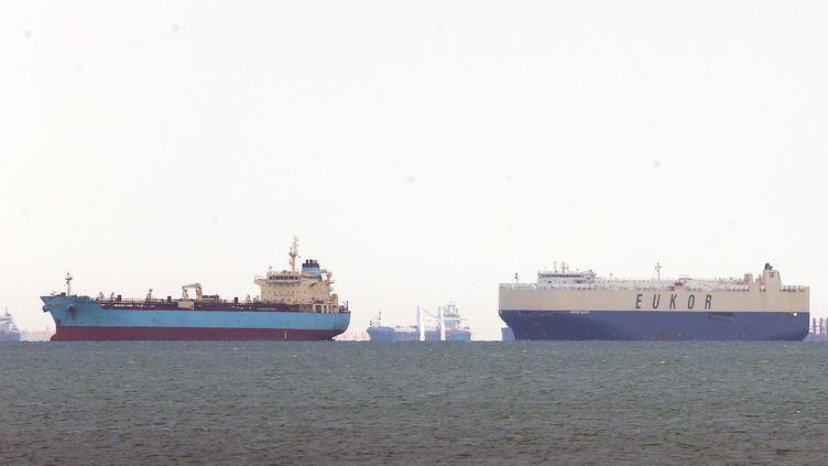 Plus de 200 navires sont bloqués par l'interruption du trafic dans le canal de Suez (26 mars 2021). (KHALED ELFIQI / EPA)