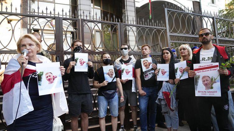 Des militants biélorusses se sont rassemblés devant l'ambassade de Biélorussie à Kiev, le 3 août 2021 pour dénoncer la répression du régime de Minsk, après qu'un militant a été retrouvé pendu dans un parc de la capitale ukrainienne. (EFREM LUKATSKY / AP)