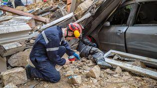 Des pompiers effectuent des recherches sous les gravats à Marseille (Bouches-du-Rhône), le 5 novembre 2018. (AFP)