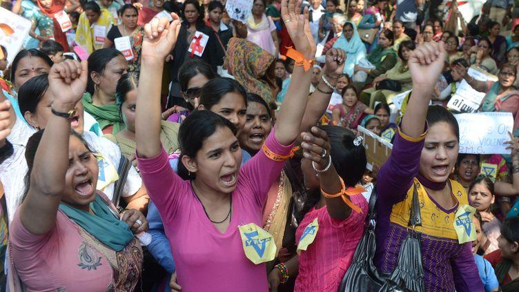 Des femmes défilent pour célébrer la Journée internationale de la femme, ou des droits des femmes, le 8 mars 2013 à New Delhi (Inde). (RAVEENDRAN / AFP)