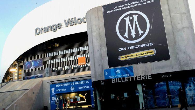 Le label OM Records s'affiche à l'entrée du Stade Vélodrome, juste au-dessus de la boutique officielle. (Yann Bertrand / Radio France)