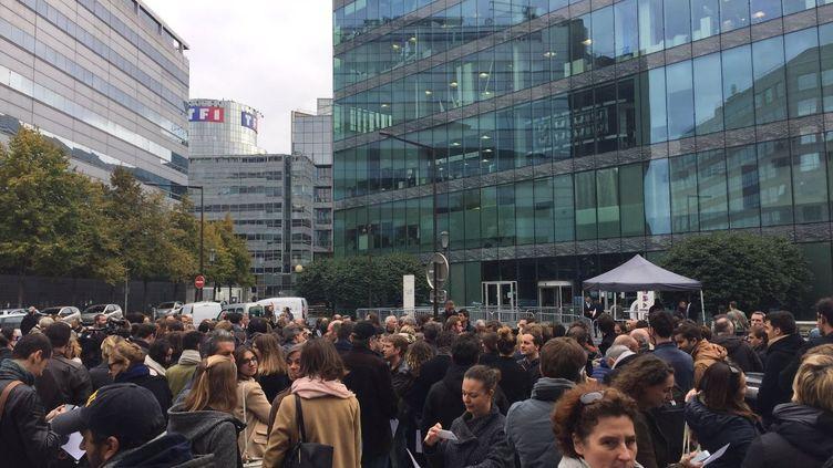 Les salariés d'i-Télé, réunis devant les locaux de la chaîne à Boulogne-Billancourt (Hauts-de-Seine), le 19 octobre 2016. (THOMAS BAÏETTO / FRANCEINFO)