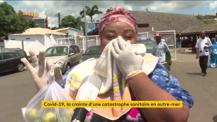 Une femme se protège du coronavirusà Mayotte (FRANCEINFO)