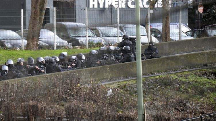 Les forces de police aux abords de l'Hyper Cacher de la porte de Vincennes, à Paris, le 9 janvier 2015. (ERIC FEFERBERG / AFP)