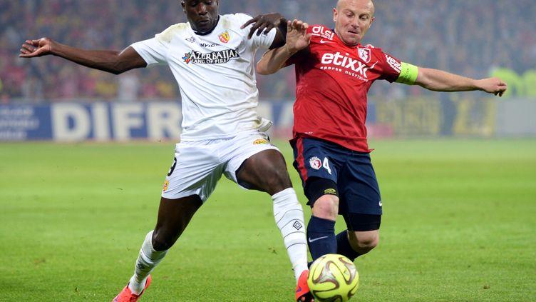 Coulibaly face à Balmont lors du dernier derby du Nord, le 3 mai 2015 (DENIS CHARLET / AFP)