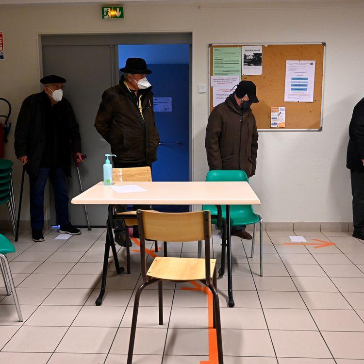 Dans un centre de vaccination à Fougères (Ille-et-Vilaine), mardi 19 janvier 2021. (DAMIEN MEYER / AFP)