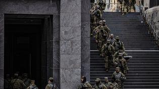 Jusqu'à 20000 réservistes de la Garde nationale, ici en train de s'installer au centre d'accueil des visiteurs du Capitole le 16 janvier 2021, vont être mobilisés pour assurer la sécurité del'investiture de Joe Biden. (SAMUEL CORUM / GETTY IMAGES NORTH AMERICA / AFP)