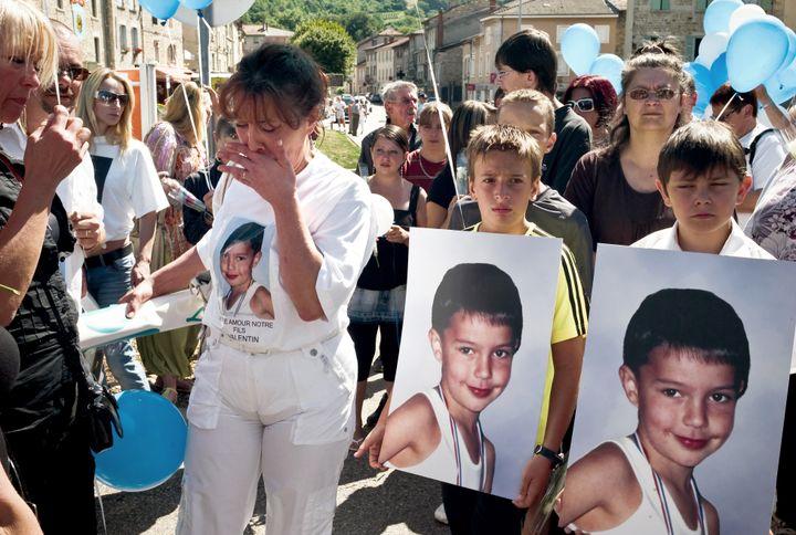 La mère de Valentin participe à une marche silencieuse le 26 juillet 2009 à Lagnieu (Ain), en mémoire de son fils, assassiné le 28 juillet 2008. (JEFF PACHOUD / AFP)