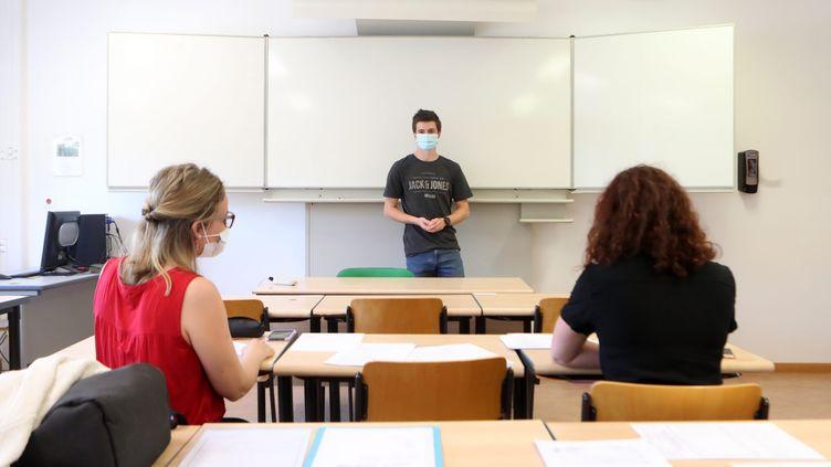 Un élève de terminale passe l'épreuve du Grand oral au lycée Jean-Jacques Henner d'Altkirch, en Alsace. (DAREK SZUSTER / MAXPPP)