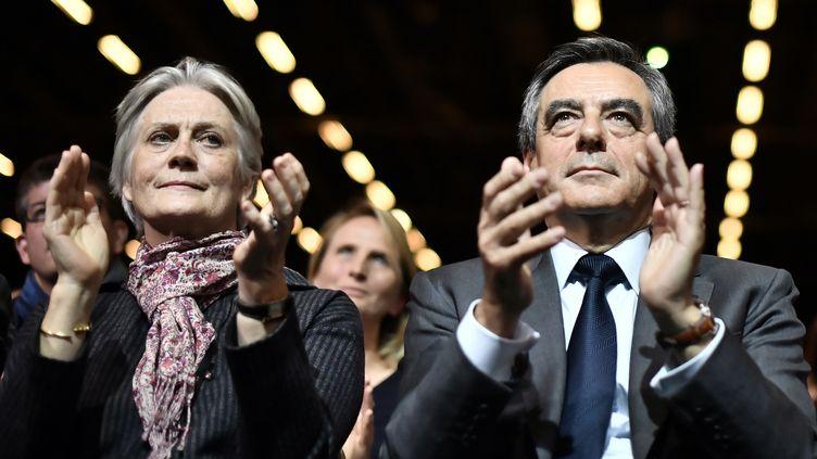 Les époux Fillon apparaissent ensemble lors d'un grand meeting à Paris, pendant la campagne de la primaire de la droite, le 25 novembre 2016. (PHILIPPE LOPEZ / AFP)