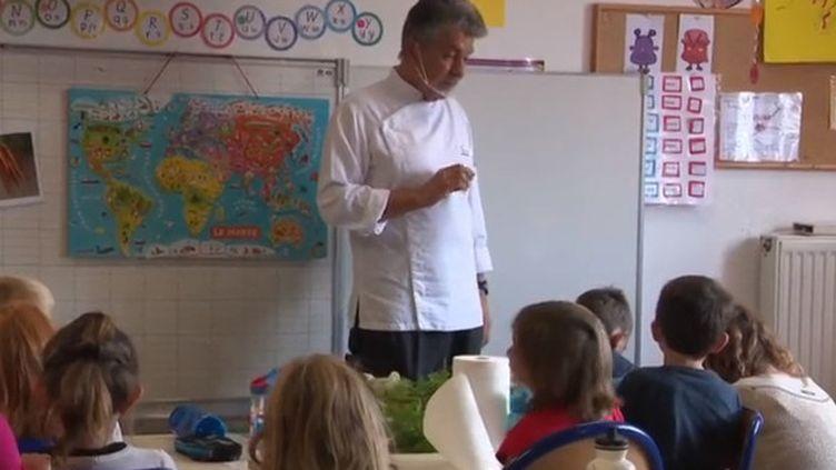 Dans une école en Haute-Loire, c'est le chef étoilé Régis Marcon qui est aux commandes de la cantine scolaire tous les midis. (France 3)