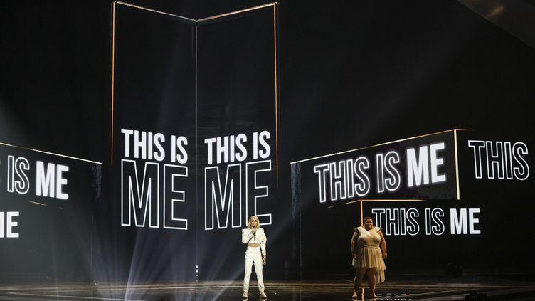 """Le 17 mai 2019, le chanteur français Bilal Hassani interprètesa chanson """"Roi"""", qui mêle le français et l'anglais, lors de la finale de l'Eurovision à tel Aviv. (ILIA YEFIMOVICH / DPA)"""