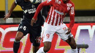 L'attaquant de Nancy Junior Dale (à droite) etle défenseur marseillais Jorge Rolando lors du match de Ligue 1 Nancy-OM, le 21 avril 2017, au stade Marcel-Picot. (JEAN CHRISTOPHE VERHAEGEN / AFP)