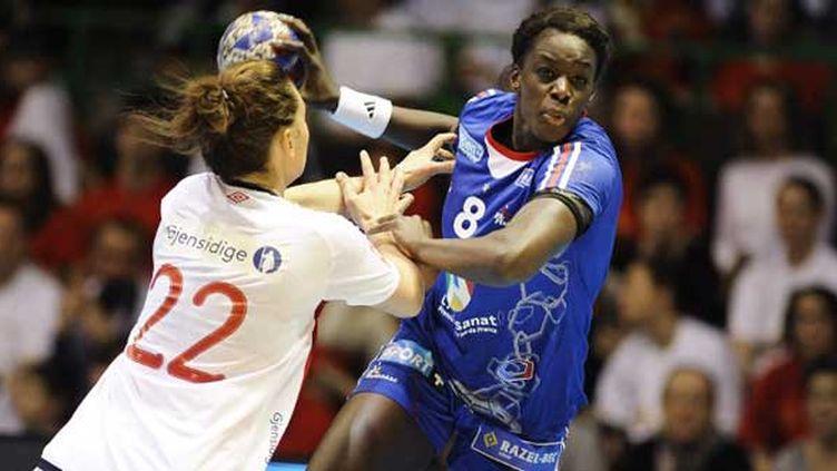 La handballeuse tricolore Pauline Mendy face à la défense norvégienne
