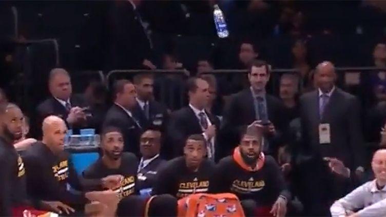 LeBron James et les remplaçants de Cleveland s'adonnent au Water Bottle Challenge pendant un match