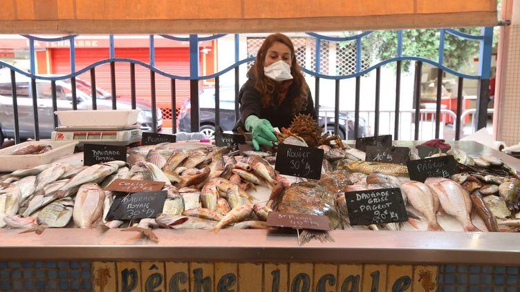 Un stand des pêcheurs du marché de Forville de Cannes, le 28 avril 2020. Photo d'illustration. (SEBASTIEN BOTELLA / MAXPPP)