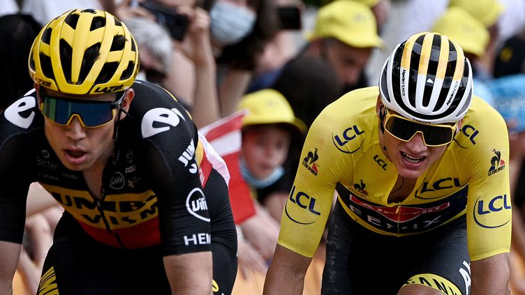 Wout Van Aert (à gauche) et Mathieu Van der Poel (à droite), sur le Tour de France 2021. (ANNE-CHRISTINE POUJOULAT / POOL)