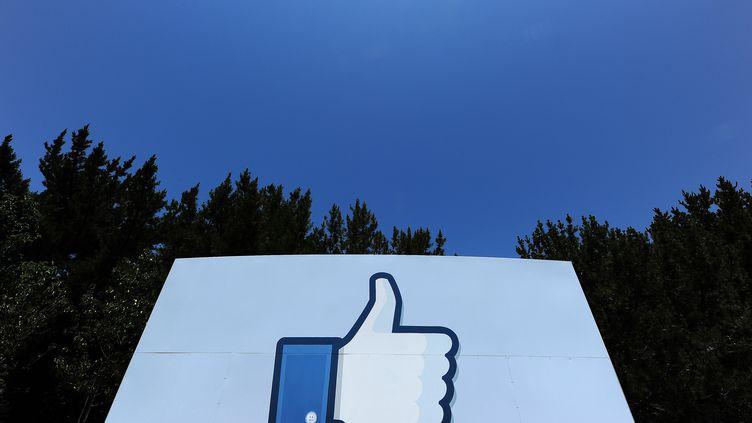 Un panneau installé sur le principal campus Facebook, le 15 maià Menlo Park (Californie, Etats-Unis). (ROBYN BECK / AFP)