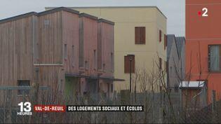 Certaines constructions sont peu gourmandes en énergie et on peut les trouver aussi dans des logements sociaux. C'est le cas à Val-de-Reuil (Eure), dans un écoquartier. (FRANCE 2)