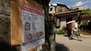 Un avis de recherche lancé par la famille de Tiphaine Véron affiché sur un mur àNikkō (Japon), le 23 août 2018. (KAZUHIRO NOGI / AFP)