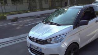 Les voitures sans permis deviennent tendance, notamment chez les jeunes, et les ventes s'envolent. (FRANCE 2)