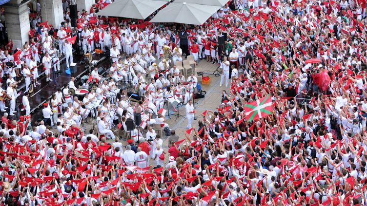 """Des""""festayres"""" dans leur célèbre tenue rouge et blanche pendant les fêtes de Bayonne de 2015. (GAIZKA IROZ / AFP)"""