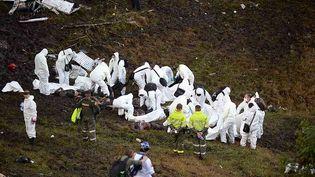 Des secouristes interviennent auprès des corps des victimes du crash en Colombie, mardi 29 novembre.      (RAUL ARBOLEDA / AFP)