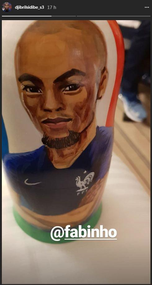 Djibril Sidibé ne s'est pas reconnu sur samatriochka, mais y a trouvé une ressemblance avec son coéquipierà Monaco, le Brésilien Fabinho. (INSTAGRAM / DJIBRIL SIDIBE)
