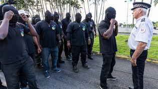 Des membres du collectif des 500 frères font face à la police durant une manifestation à Cayenne (Guyane), le 29 mars 2017. (JODY AMIET / AFP)