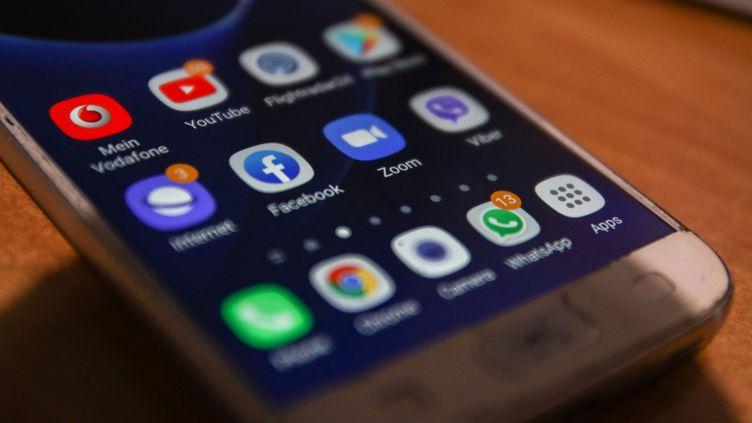 Les réparateurs de téléphone portables ne connaissent pas la crise, surtout pendant l'été. Les smartphones ont la vie dure pendant les vacances. (NICOLAS ECONOMOU / AFP)