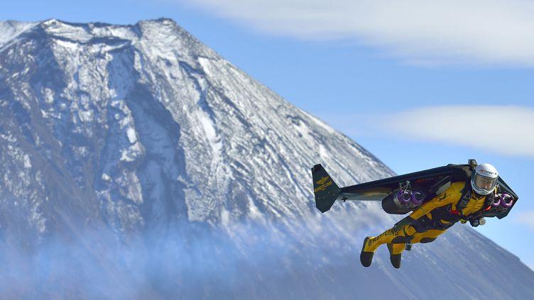 """Yves Rossy surnommé """"Jetman"""" au-dessus du Mont Fuji, au Japon, le 1 novembre 2013 (KATSUHIKO TOKUNAGA / BREITLING SA & JETMAN PROJECT / AFP)"""