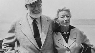 """L'écrivain américain Ernest Hemingway avec sa femme Mary Welsh à bord du navire transatlantique """"Constitution"""",dans les années 1960. (AFP)"""