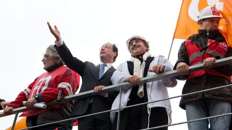 François Hollande aux côtés de syndicalistes sur le site ArcelorMittal de Florange (Moselle), le 24 février 2012. (MAXPPP)