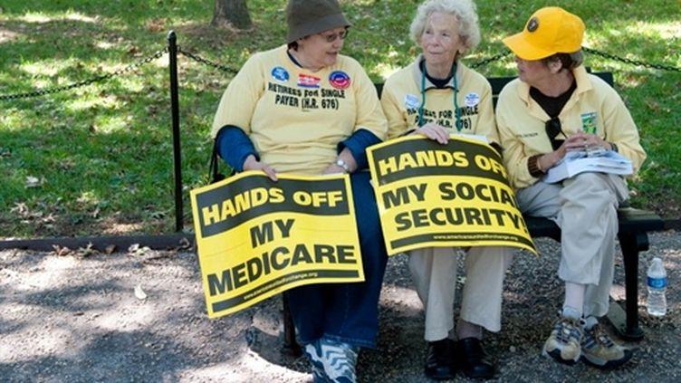 """Manifestants favorables à une """"sécurité sociale"""" à l'américaine, Washington, 2 octobre 2010 (AFP/SAUL LOEB)"""