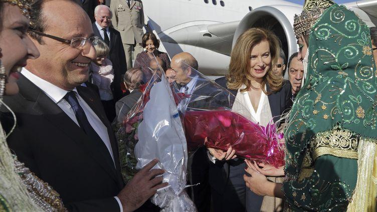 François Hollande et sa compagne Valérie Trierweiler reçus à l'aéroport de Tlemcen (Algérie), lejeudi 20 décembre 2012. (JOEL SAGET PHILIPPE WOJAZER / AFP)
