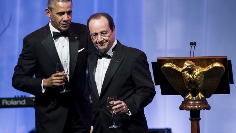Barack Obama et François Hollande se dirigent vers leur table après avoir porté un toast, mardi 11 février 2014 à l'occasion d'un dîner d'Etat organisé à la Maison Blanche (Washington). (BRENDAN SMIALOWSKI / AFP)
