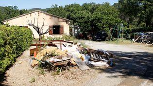 La maison dans laquelle un forcené s'est retranché, après avoir tiré sur son épouse puis sur des gendarmes du GIGN en tuant un, le 21 mai 2016 à Gassin (Var). (JEAN CHRISTOPHE MAGNENET / AFP)