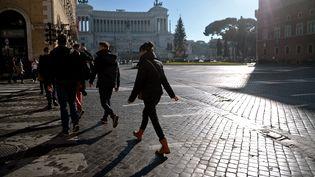 Autre conséquence del'absence de vent et de pluie en Italie, plusieurs villesont pris des mesures drastiquespour lutter contre une pollution aux particules fines..Lundi, la circulation automobile était interdite à Milan, alternée à Rome (sur la photo) et limitée à Naples.  (FILIPPO MONTEFORTE / AFP)