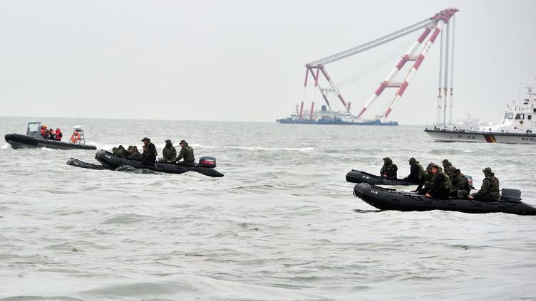 La marine sud-coréenne à la recherche des disparus du naufrage d'un ferry, le 19 avril 2014. (JUNG YEON-JE / AFP)