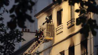 Des ompiers interviennent après un incendie le 6 juin dans un immeuble de Saint-Denis, près de Paris. (JACQUES DEMARTHON / AFP)