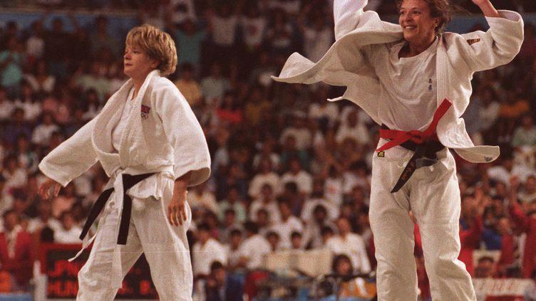 Le 31 juillet 1992, Nicola Fairbrother et Miriam Blasco s'affrontaient en finale de judo, aux Jeux olympiques de Barcelone. Elles sont aujourd'hui mariées. (SASAHARA / AFP-IOPP)