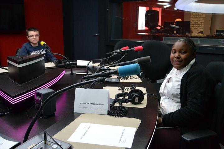 Avec leurs camarades de classe, ces élèves ont participé à des émissions et ils ont aussi visité la rédaction de franceinfo. (ESTELLE FAURE / FRANCEINFO - RADIOFRANCE)